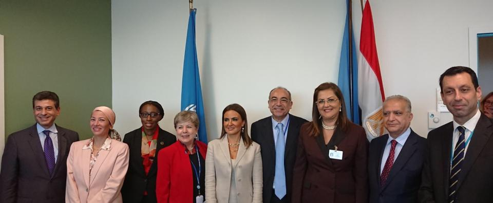 صورة لمجموعة الأمناء التنفيذيين للجان الإقليمية والمندوب المصري